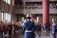 TAIPEH, TAIWAN - OKTOBER 8,2017: Schritte zum Ändern der Schutzzeremonie gegen bei Sun Yat-sen Memorial Hall, Taipeh Lizenzfreie Stockfotos