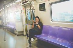 TAIPEH, TIWAN - 7,2017 OKTOBER: De Aziatische vrouwentoeristen nemen foto's op MRT, Metro Stock Foto's