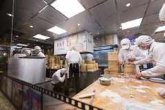 TAIPEH, TIWAN - 8,2017 OKTOBER: Het personeel bereidt grondstoffen voor om ontbijt in Hua Shan Market te maken Stock Fotografie