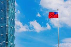 Taipei 101 byggnader med den taiwanesiska flaggan Fotografering för Bildbyråer