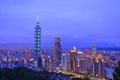 Taipei 101 e cidade na noite foto de stock royalty free