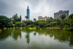 Taipei 101 e lagoa no parque de Zhongshan, em Taipei, Taiwan Fotos de Stock Royalty Free