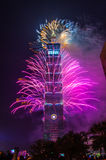 Taipei 101 fyrverkerier för nytt år Arkivbilder
