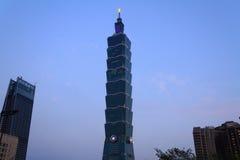 Taipei 101, hög löneförhöjningbyggnad i Taiwan nattplats Arkivbilder