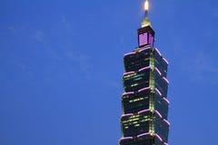Taipei 101, hög löneförhöjningbyggnad i Taiwan nattplats Arkivfoto