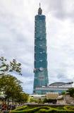 Taipei 101 löneförhöjningar ovanför den Taipei staden Arkivbild