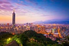 Taipei miasta linia horyzontu przy zmierzchem z sławnym Taipei 101 Obrazy Stock