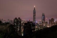 Taipei nattCityscape Torn för 101 affär Arkivbild