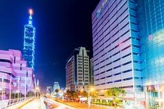 Taipei 101 och Xinyi finansiellt område Arkivfoto