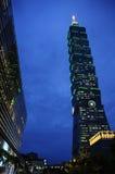 Taipei 101 på skymning Arkivfoton