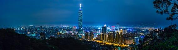 Taipei stad på natten, Taiwan Arkivfoton