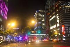 Taipei stadsgata på natten med många neonljus Arkivfoto