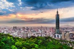 Taipei stadssikt på aftonen Arkivfoto