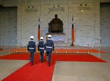 TAIPEI, TAIWÁN - 17 DE ENERO DE 2017: El cambio de la ceremonia de los guardias en Chiang Kai-Shek Memorial Hall Imagenes de archivo
