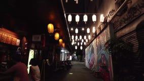 TAIPEI, TAIWÁN - 15 DE MAYO DE 2019: Distrito de Ximen Calle con las barras y pintada durante la tarde o la noche en Asia metrajes