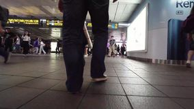 TAIPEI, TAIWÁN - 15 DE MAYO DE 2019: El caminar turístico masculino entre las muchedumbres de gente subterráneo en subterráneo almacen de metraje de vídeo