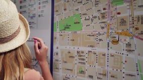 TAIPEI, TAIWÁN - 15 DE MAYO DE 2019: Mapa de exploración turístico femenino caucásico joven en el subterráneo almacen de metraje de vídeo