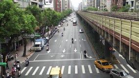 TAIPEI, TAIWÁN - 15 DE MAYO DE 2019: Mucho montar a caballo del transporte en la calle Coches, autobuses y motos en los caminos d almacen de video