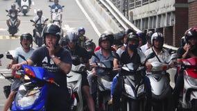 TAIPEI, TAIWÁN - 15 DE MAYO DE 2019: Mucho transporte que monta en los cruces Coches, autobuses y motos en los caminos de Taipei  metrajes