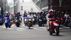TAIPEI, TAIWÁN - 15 DE MAYO DE 2019: Mucho transporte que monta en los cruces Coches, autobuses y motos en los caminos de Taipei  almacen de metraje de vídeo
