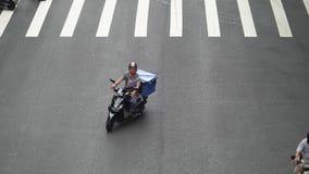 TAIPEI, TAIWÁN - 15 DE MAYO DE 2019: Mucho transporte que monta en los cruces Motos en los caminos de Taipei en el tiempo del día almacen de video