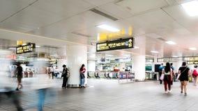 TAIPEI, TAIWÁN - 15 DE MAYO DE 2019: Timelapse de la muchedumbre en subterráneo Gente ocupada en la precipitación que camina en m almacen de video
