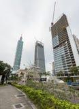 TAIPEI, TAIWÁN - 30 DE NOVIEMBRE DE 2016: Área comercial de Taipei con la torre 101 y los edificios bajo construcción Fotografía de archivo