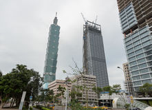 TAIPEI, TAIWÁN - 30 DE NOVIEMBRE DE 2016: Área comercial de Taipei con la torre 101 y los edificios bajo construcción Foto de archivo