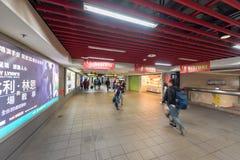 TAIPEI, TAIWÁN - 30 DE NOVIEMBRE DE 2016: Estación de metro de Taipei con la gente borrosa debido a una exposición más larga Imagen de archivo libre de regalías