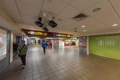 TAIPEI, TAIWÁN - 30 DE NOVIEMBRE DE 2016: Estación de metro de Taipei con la gente borrosa debido a una exposición más larga Foto de archivo