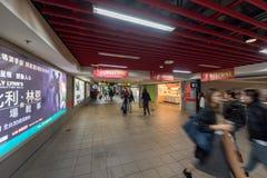 TAIPEI, TAIWÁN - 30 DE NOVIEMBRE DE 2016: Estación de metro de Taipei con la gente borrosa debido a una exposición más larga Fotos de archivo
