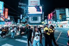 Taipei, Taiwán - 3/3/19 - una mujer presenta en un mercado de la noche en Taipei fotos de archivo
