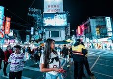 Taipei, Taiwán - 3/3/19 - una mujer presenta en un mercado de la noche en Taipei imagen de archivo