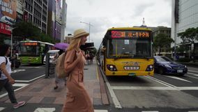 TAIPEI, TAIW?N - 15 DE MAYO DE 2019: Turista femenino cauc?sico joven que camina en ciudad grande en d?a nublado Viaje a solas almacen de video