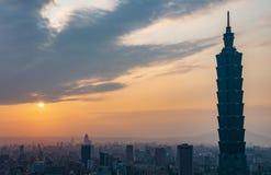 Taipei, Taiwan 29-April-2018 Taipeh-Skyline und Turm Taipehs 101 während des Sonnenuntergangs als gesehener fromElephant Berg, de stockfoto