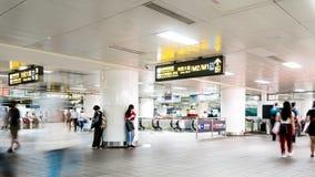 TAIPEI, TAIWAN - 15 DE MAIO DE 2019: Bandeja de Timelapse da multidão no metro Povos ocupados na precipita??o que andam no metro filme