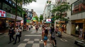 TAIPEI, TAIWAN - 15 DE MAIO DE 2019: Hyperlapse da multidão no distrito de Ximen Muitos povos que andam ao longo da rua durante o video estoque