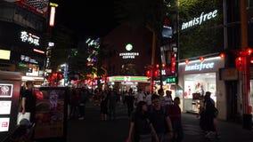 TAIPEI, TAIWAN - 15 DE MAIO DE 2019: Multidão no distrito de Ximen Muitos povos que andam ao longo da rua durante a noite ou a no vídeos de arquivo