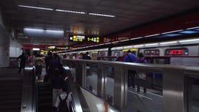 Taipei, Taiwan - 15 de maio de 2019: Multidão de povos no metro Povos ocupados na precipita??o que andam no metro filme