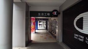 TAIPEI, TAIWAN - 15 DE MAIO DE 2019: Passeio no distrito de Ximen com muitos lojas e restaurantes na rua no tempo do dia POV filme
