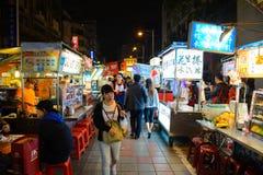 Taipei, Taiwan - 17 de maio de 2016: Vendedores de alimento da rua no mercado famoso da noite de Shilin, um destino popular do cu Fotos de Stock Royalty Free