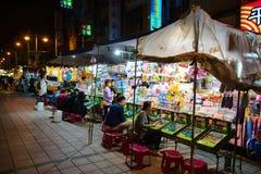 Taipei Taiwan - Maj 17, 2016: Detta är lekar står i en nattmarknad, dessa ställningar är mycket populärt över Taiwan Fotografering för Bildbyråer