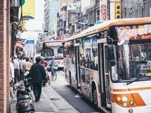 TAIPEI, TAIWAN - 19 marzo 2015: La gente della folla della fermata dell'autobus di Taipei Fotografia Stock Libera da Diritti