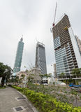 TAIPEI TAIWAN - NOVEMBER 30, 2016: Taipei affärsområde med torn 101 och byggnader under konstruktion Arkivbild