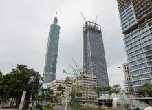 TAIPEI TAIWAN - NOVEMBER 30, 2016: Taipei affärsområde med torn 101 och byggnader under konstruktion Arkivfoto