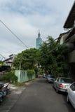 TAIPEI TAIWAN - NOVEMBER 30, 2016: Taipei gata i en av förort, område Torn 101 i bakgrund Royaltyfri Foto