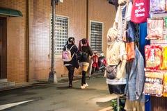 TAIPEI TAIWAN - OKTOBER 7,2017: 2 barn av folk som shoppar i den Ximending marknaden, är en grannskap och ett shoppaområde i det  Arkivbild