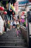 TAIPEI TAIWAN - OKTOBER 10,2017: Folket som shoppar i den Jiufen marknaden Royaltyfri Bild