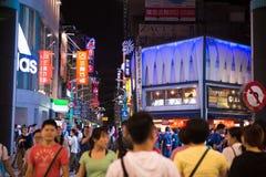 TAIPEI TAIWAN - OKTOBER 7,2017: Folkmassan av folk som shoppar i Ximending, marknadsför Arkivbild