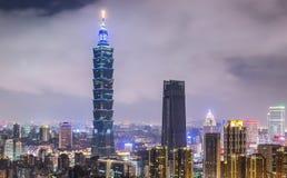 TAIPEI TAIWAN - OKTOBER 7,2017: Taipei 101 skyskrapa- och horisontsikt från elefantberget på nattetidområdet av Taipei Arkivfoton